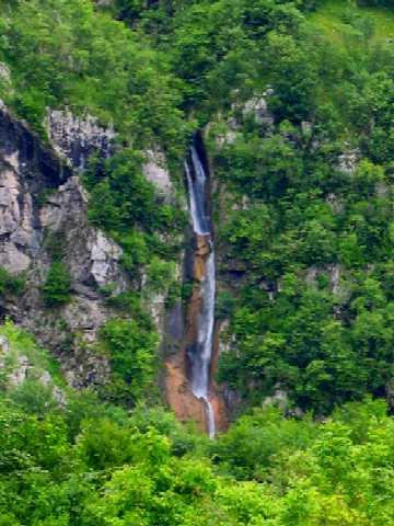 80 m visok trojni slap Globoškega potoka